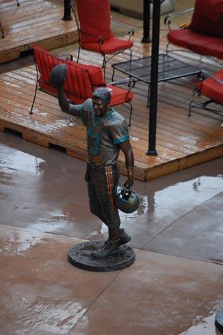Dan Marino in Bronze.