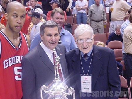 Jim Harrick, head coach of Georgia Bulldongs, and John R. Wooden.